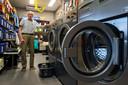 Ben van Bilzen bij zijn wasmachines. Normaal draaien ze op volle toeren, maar de NAC-jeugd heeft vakantie, dus heeft Ben het even wat rustiger.