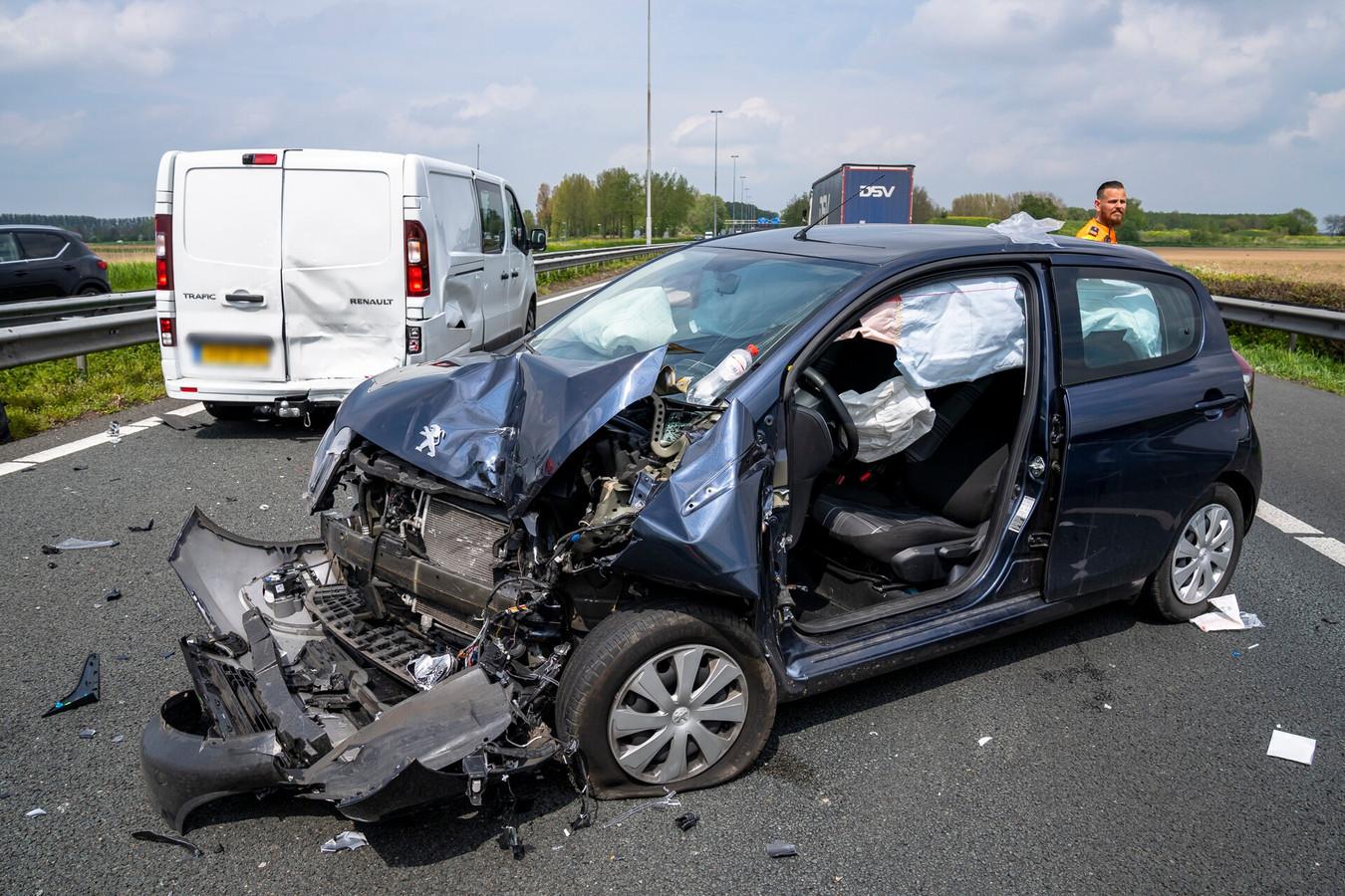 Ongeluk tussen twee auto's op de A27 bij Nieuwendijk richting Werkendam. De weg is inmiddels weer vrij..