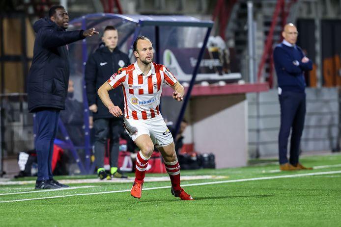 Voor de start tegen FC Utrecht wordt gevierd dat Niels Fleuren zijn honderdste wedstrijd voor TOP Oss speelde in het duel met MVV.