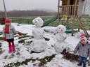 Kaya en Lizzy zijn maar wat trots op hun sneeuwpoppen.
