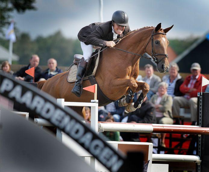 Steven Veldhuis met Sushi, een van zijn eerdere paarden bij een concours in Lonneker.
