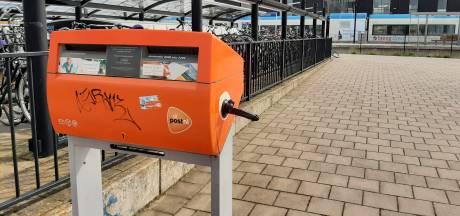 Nijmeegse dildoplakker laat dit keer een plastic seksspeeltje achter bij treinstation in Doetinchem