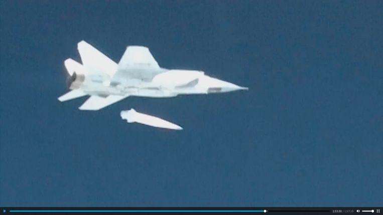 Een Russisch MiG-31-vliegtuig lanceert de Kinzhal-raket.   Beeld EPA