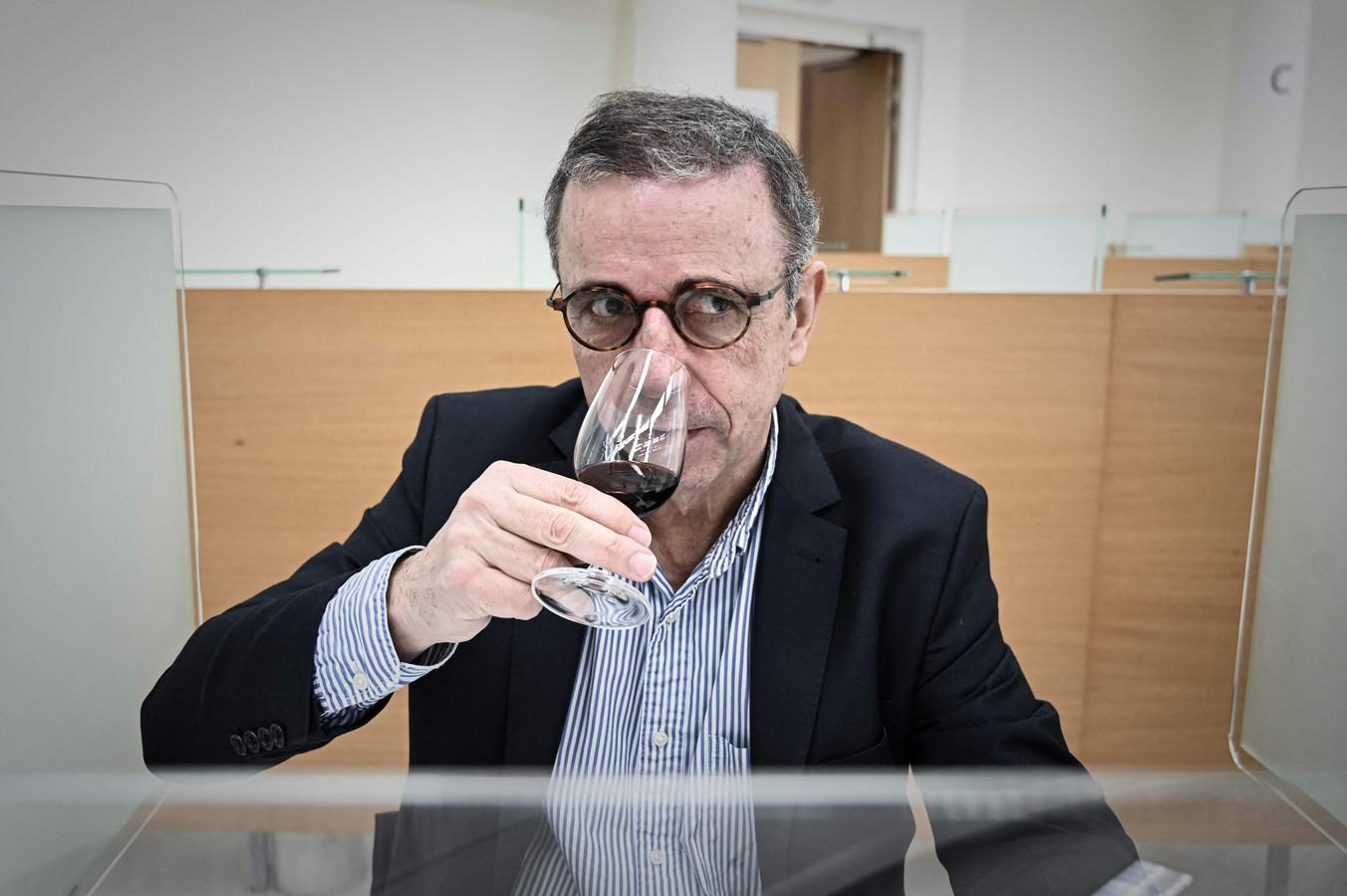 Pierre Hurmic, maire de Bordeaux, lors de la dégustation à l'aveugle