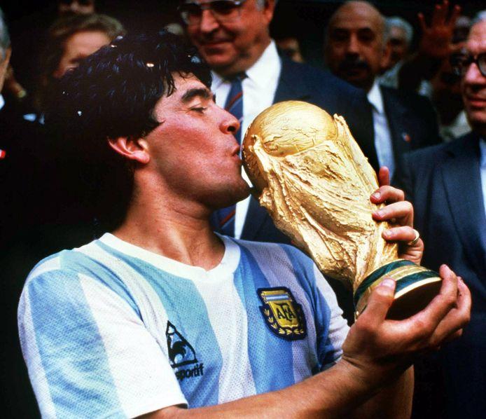 Diego Maradona met de wereldbeker in 1986 in Mexico.