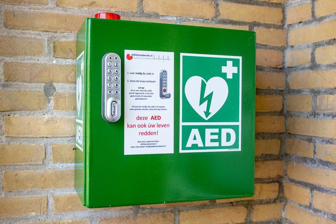 Een openbare AED, ook wel automatische externe defibrillator genoemd. Een AED wordt gebruikt tijdens een reanimatie. Stockfoto.
