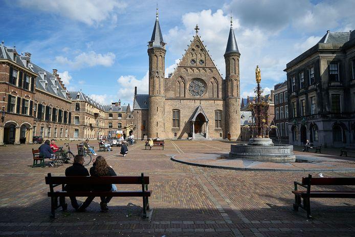 Dagjesmensen op het Binnenhof in het Haagse stadscentrum.