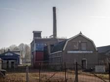 Gevaarlijke schoorsteen monumentale kleiwarenfabriek aan Rijndijk gedemonteerd