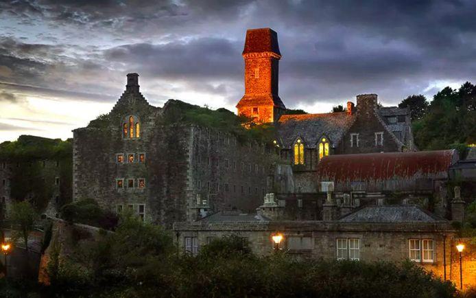 De voormalige gevangenis ligt aan de rand van Bodmin en torent boven de gemeente uit.