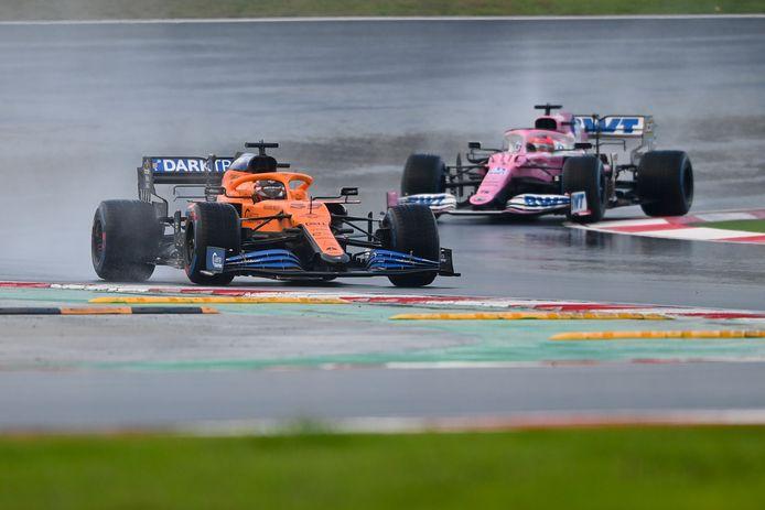 Sainz (l) van McLaren vlak voor Pérez van Racing Point, op archiefbeeld.