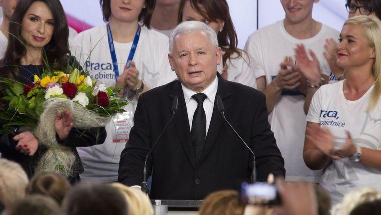 Jaroslaw Kaczynski tijdens de verkiezingsnacht. Beeld photo_news