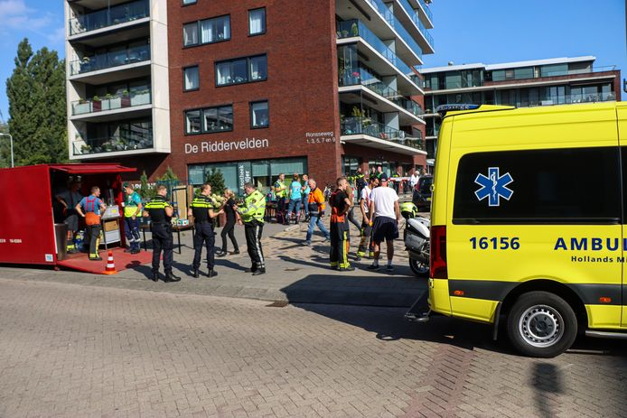Bij werkzaamheden in appartementencomplex De Riddervelden aan de Ronseweg in Gouda is woensdagmorgen een waterleiding geraakt.