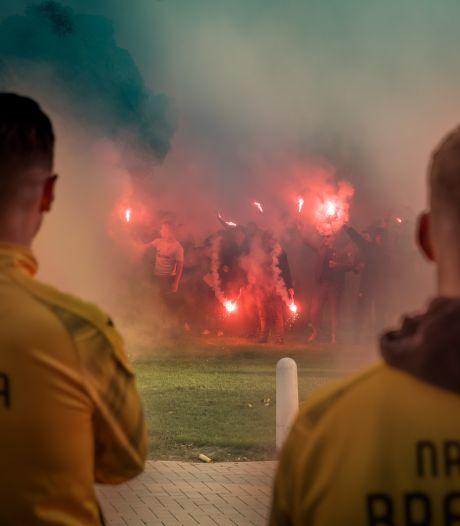 Honderden supporters verrassen NAC op trainingskamp voor cruciaal duel met Emmen