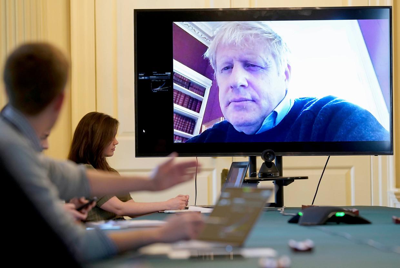 Boris Johnson leidt van thuis uit een videovergadering over de aanpak van de coronacrisis, 28 maart 2020. Beeld AP