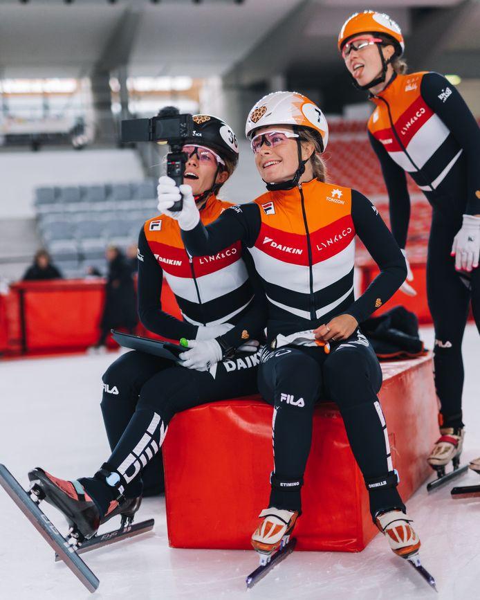 Yara van Kerkhof vlogt samen met haar teamgenoten.