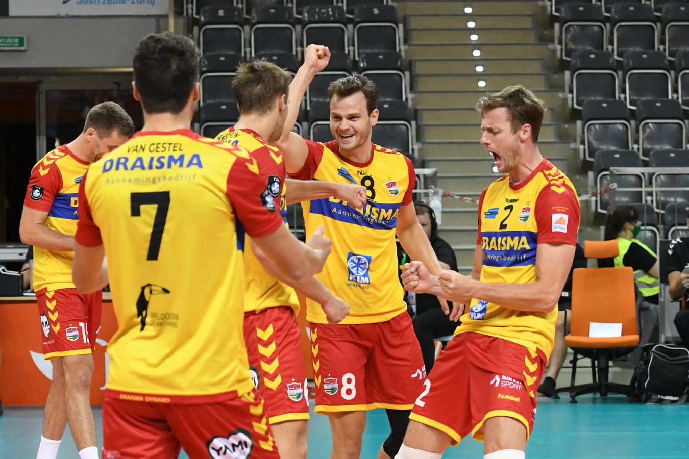 Jeroen Rauwerdink (rechts) schreeuwt het uit van blijdschap nadat Draisma Dynamo wint van Stroitel Minsk. Freek de Weijer (8) viert het feestje mee.