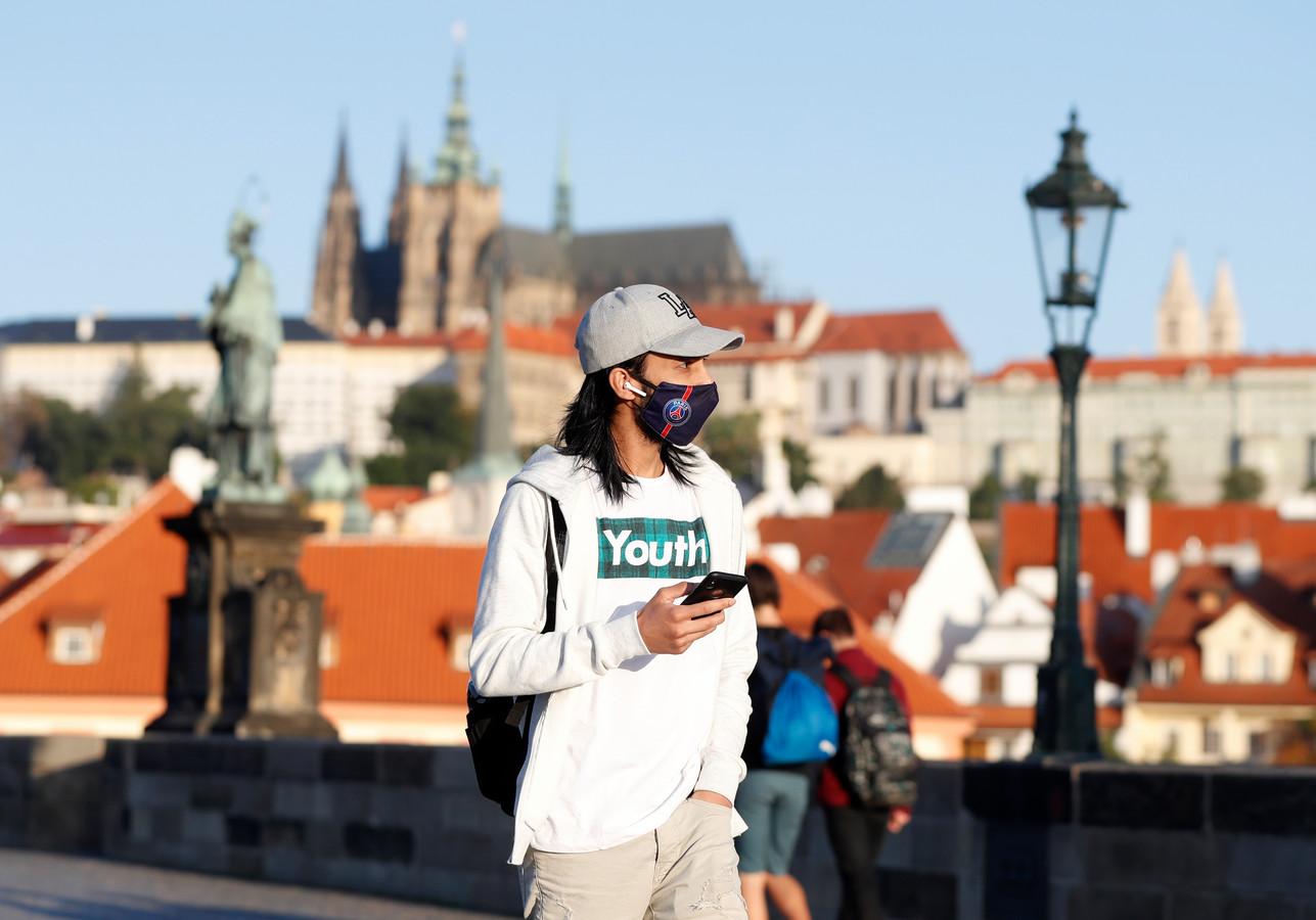 Een man met mondmasker in Praag