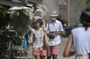 Toeristen zoeken verkoeling op in Athene.