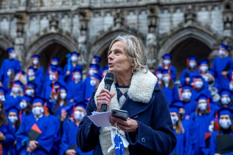VUB-rector Caroline Pauwels tijdens de proclamatieceremonie voor afgestudeerde VUB-studenten op de Brusselse Grote Markt afgelopen maand.  Beeld BELGA
