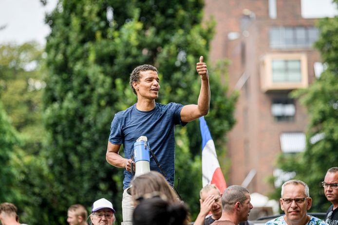 Demonstratie voor vrijheid, tegen 1,5 meter en tegen politiegeweld in Enschede. Eldor van Feggelen is aan het woord.