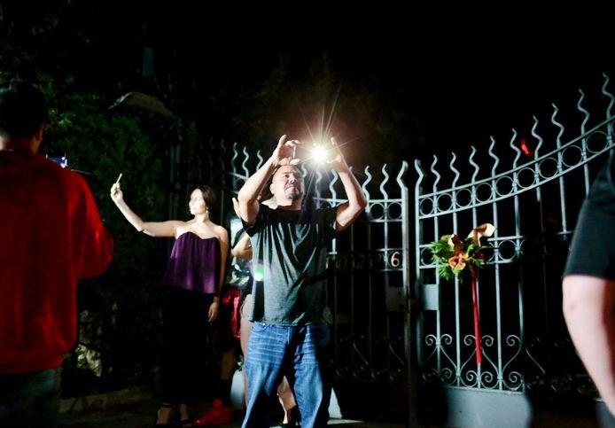 Les touristes qui viennent d'apprendre la mort de Hugh Hefner, affluent déjà devant la Playboy Mansion pour s'immortaliser devant les grilles.