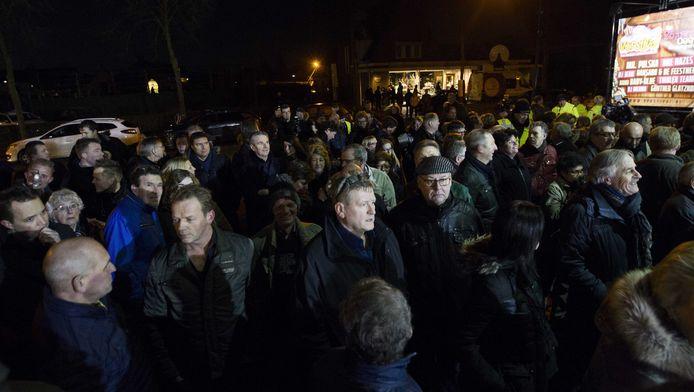 Extra politie op de been voor een informatiebijeenkomst waar inwoners van het Brabantse Heesch bijgepraat worden over de plannen voor een asielzoekerscentrum. Eerder ontaardde een protest in rellen.