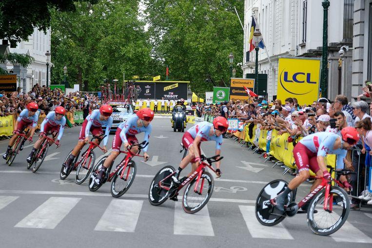 Ronde van Frankrijk: Veel toeschouwers aan de start van de tijdritten.