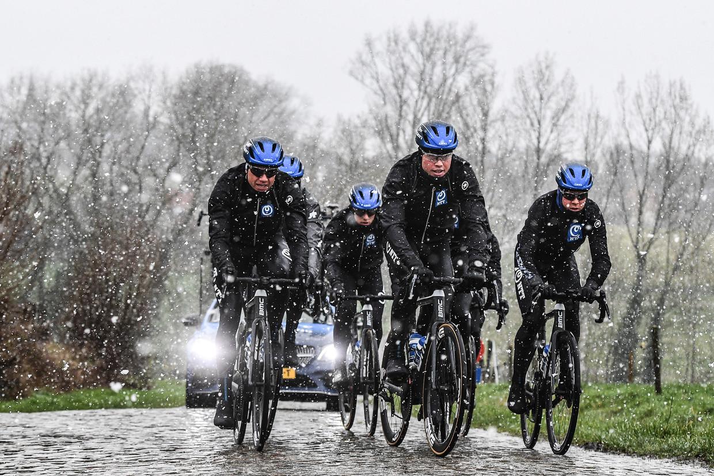 De renners van NTT verkennen de Haaghoek, morgen een cruciale zone in de Omloop. Beeld BELGA