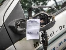 Buren zien hoe man in Zwolle met fietsen smijt en spiegels van 27 auto's aftrapt: 'Hij ging tekeer'