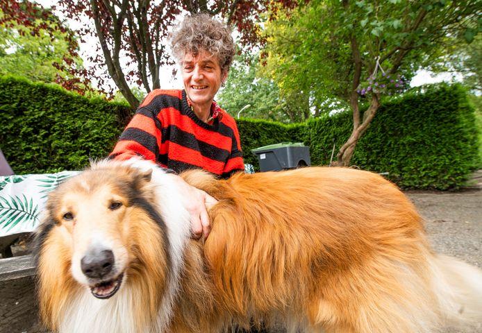 Mark Gilligan en hond Eddy in de tuin bij zijn woning in Voorst.