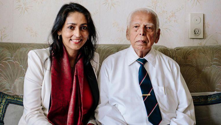 Sharda Nandram met haar 92-jarige vader Bechoepersad Nandram. 'Om de complexe Indiase cultuur te begrijpen moet je er toch heen' Beeld Marc Driessen