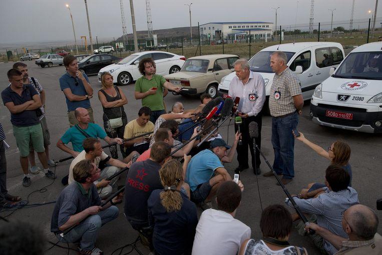 Pascal Cuttat, verantwoordelijke van het Internationale Comité van het Rode Kruis (ICRC) in Rusland staat de pers te woord. Beeld AP