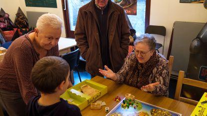 Grootouders leven zich uit met spelletjes