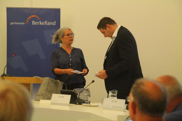 Marianne Kok overhandigt 1036 handtekeningen tegen de aantasting van het landschap van de Needse Berg aan commissievoorzitter Stefan Bos.