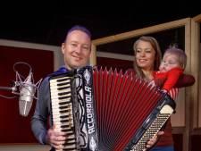 Dochtertje Eva (2) van accordeonist Manfred Jongenelis overleden: 'Je zit en blijft in ons hart dapper strijdertje'