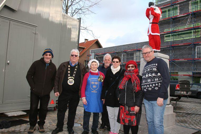 Na het aankleden van het beeldje verzamelden leden van de carnavalsvereniging en organisatoren rond De Bierpruver.
