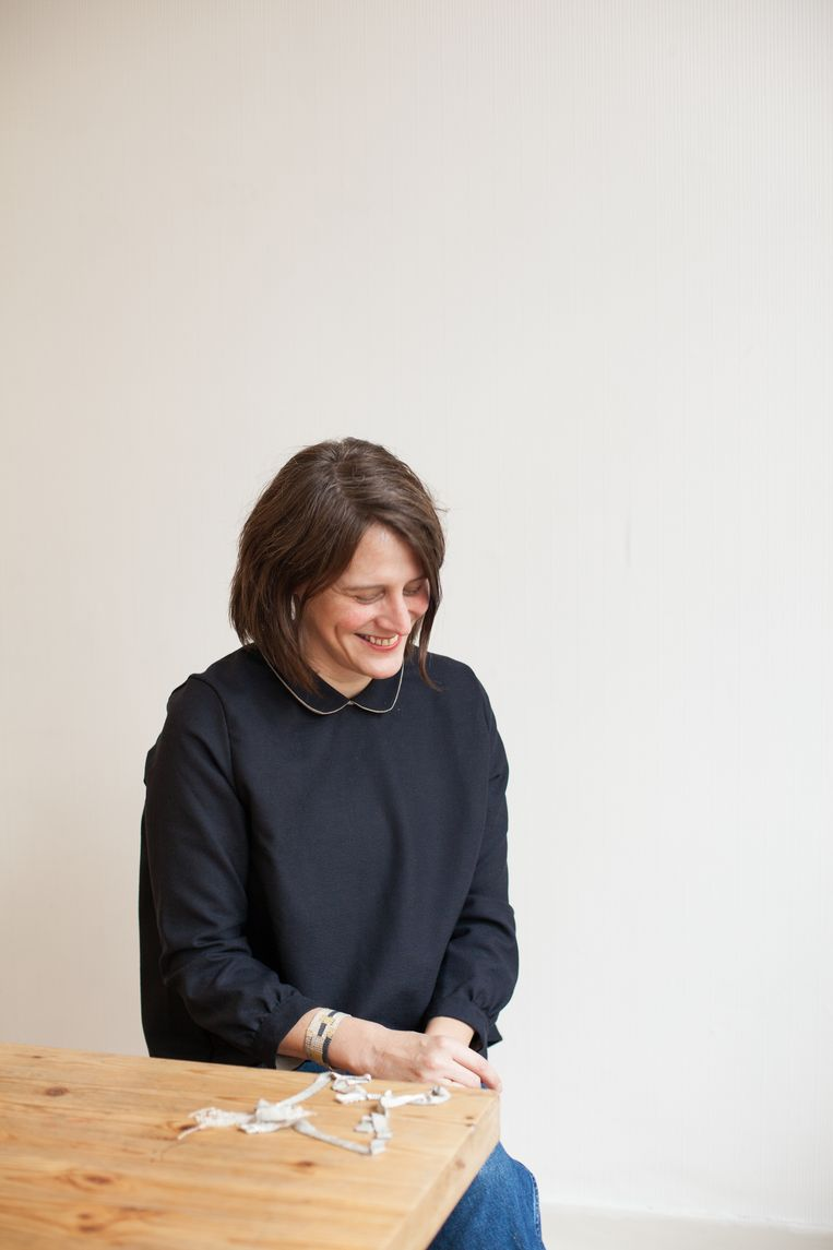 Stephanie Schneider werkte aanvankelijk met textiel,  maar weeft nu met zilver.    Beeld Ringo Jorge Gomez