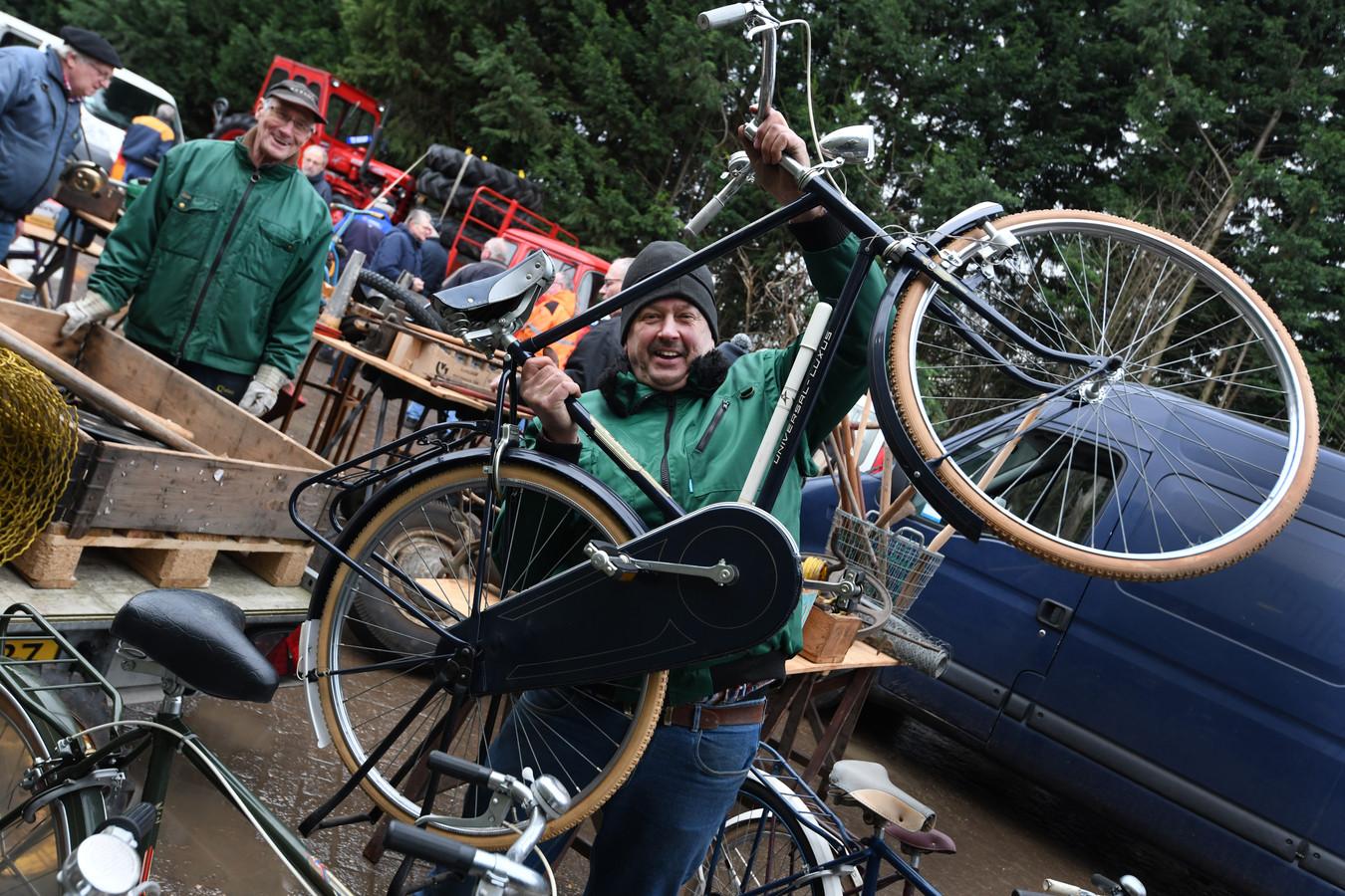 Een handelaar uit Kedichem biedt ongebruikte fietsen aan van 35 jaar oud. Het garantiebewijs zit nog aan het zadel.