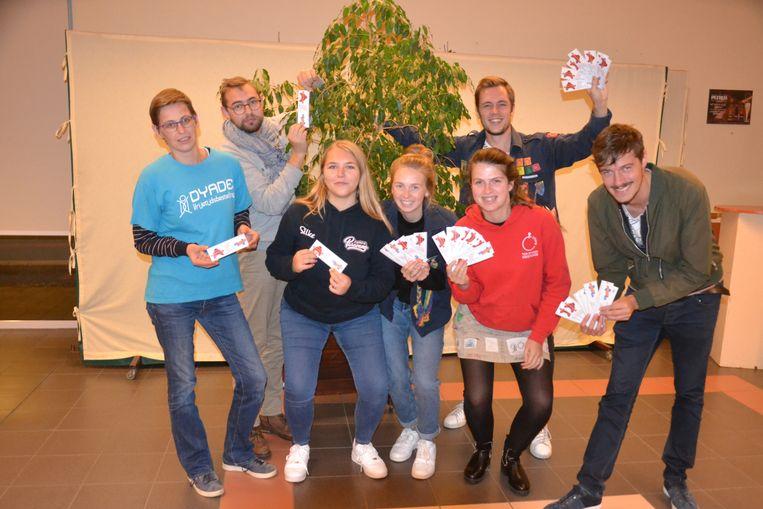 MIDDELKERKE - De jeugdraad van Middelkerke verdeelt meetlatjes met daarop alle jeugdverenigingen van de gemeente