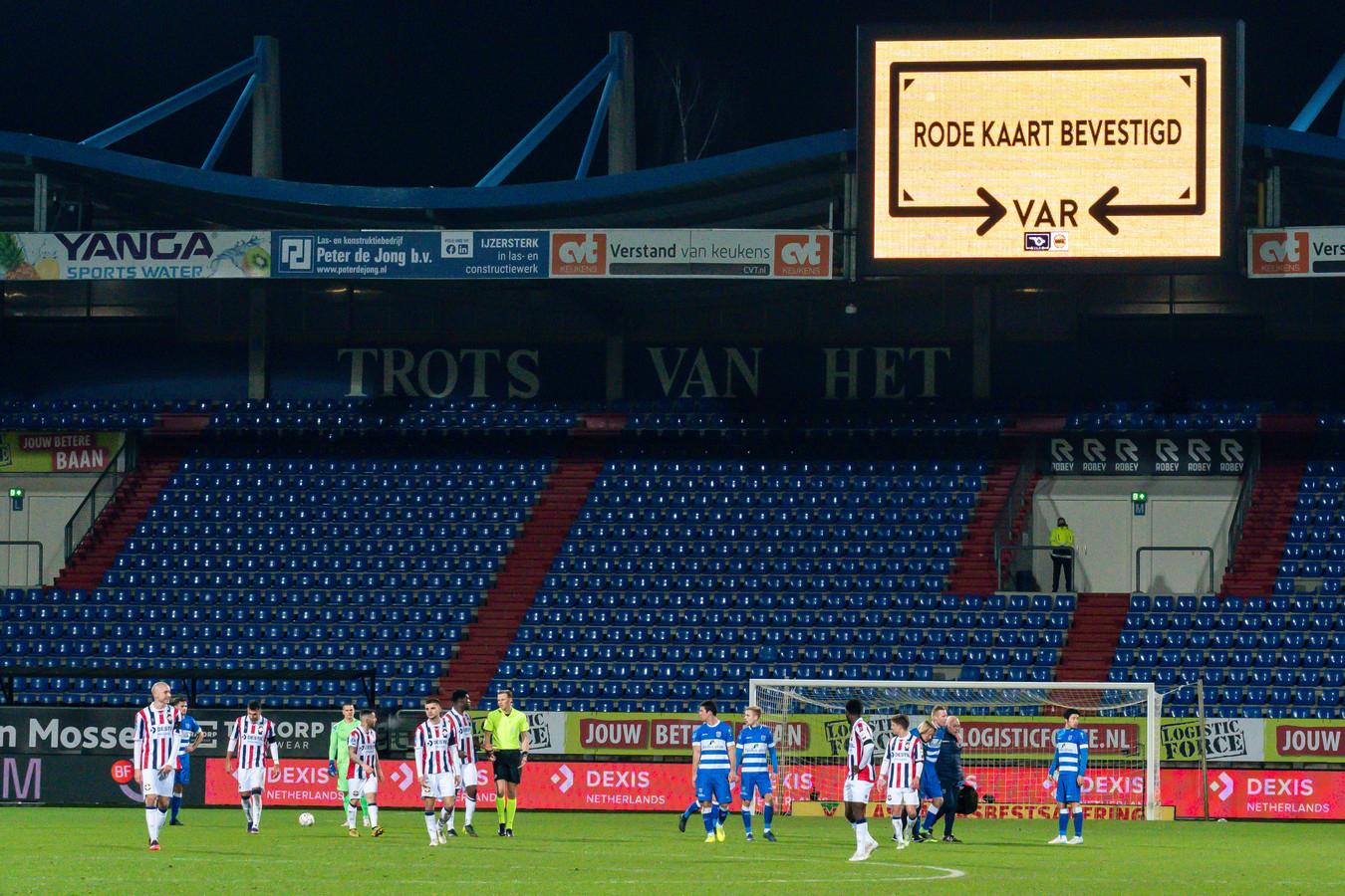 VAR Richard Martens liet na om de fout van scheidsrechter Sander van der Wijk te overrulen. De rode kaart voor Kwasi Wriedt bleef staan.