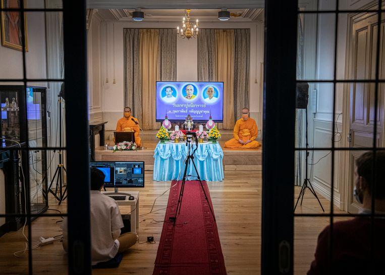 Dhammakaya-monniken luang phi Maha Poolsak Punnasakkoop en luang phi Sander Khemadhammo eren drie leermeesters. De ceremonie is per livestream te volgen. Beeld Koen Verheijden