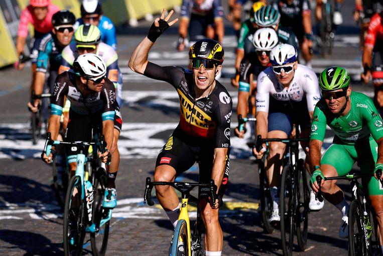 Van Aert is sneller dan Cavendish op de Champs-Elysées. Beeld Getty Images