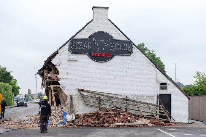 De schade was aanzienlijk. Onlangs werd het oude gebouw volledig afgebroken.
