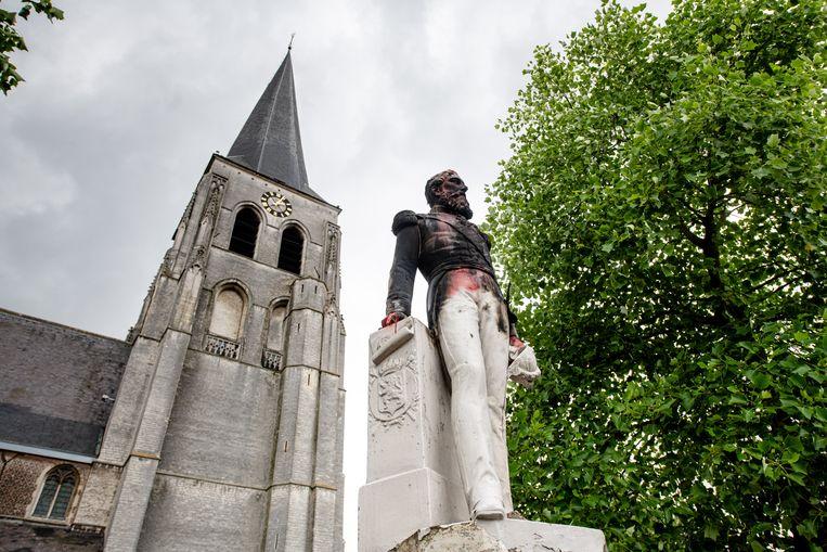 In Ekeren, bij Antwerpen, werd het standbeeld van Leopold II in brand gestoken en beklad met rode graffiti. Het is inmiddels weggehaald. Beeld BELGA