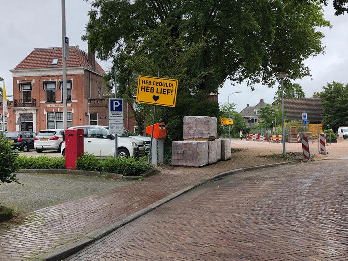 Het bord is geplaatst aan de Spoorstraat in Nijkerk die opnieuw wordt ingericht.