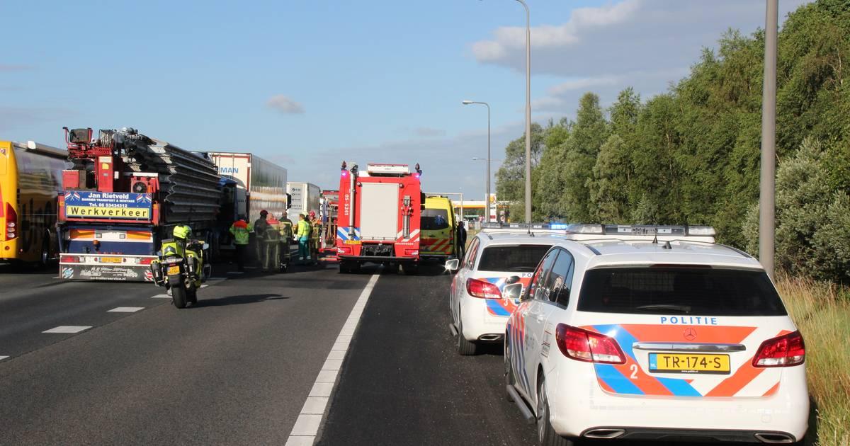 Ongeval met vrachtwagens op A1 bij Holten: file lost langzaam op.
