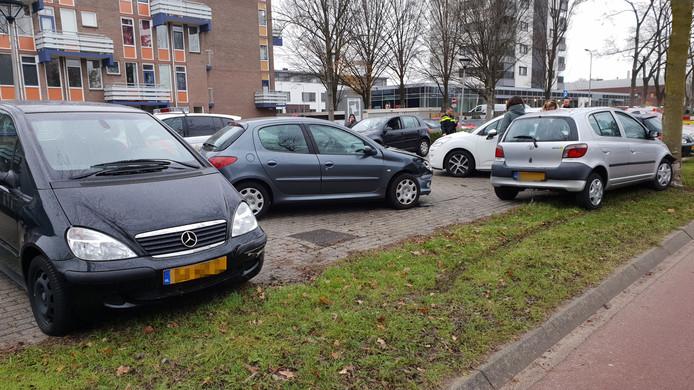 Op de Marijkeweg in Wageningen is woensdag een auto uit de bocht gevlogen, de bestuurster lijkt ongedeerd.