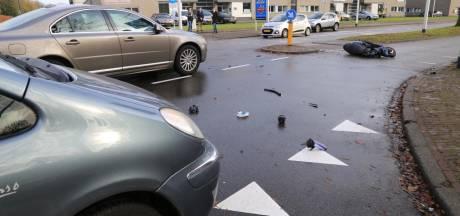 Scooterrijder aangereden door auto als hij weg oversteekt in Helmond, moet gewond naar het ziekenhuis