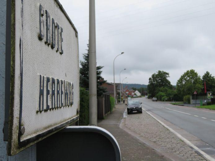 Farys gaat werkzaamheden uitvoeren op de Grote Herreweg. Het dossier daarover blijkt een kleurboek vol onduidelijkheden volgens de raadsleden in Kluisbergen.