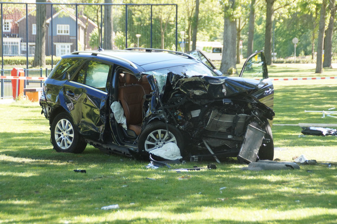 Auto volledig in de prak na ongeluk in Waalwijk